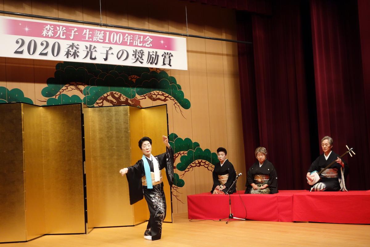 受賞した「山中節」を演じる「山中温泉芸妓連」
